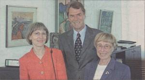 von links: Brigitta Roth, Landrat Bernhard Maier und Doris Painke bei der Verleihung der Landesehrennadel