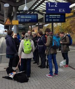Teilnehmer der Redaktionenkonferenz bei der Abreise am Bahnhof Warburg